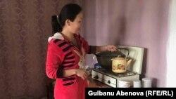 Әтіргүл отбасына кешкі ас әзірлеп жатыр. Астана, 3 маусым 2018 жыл.