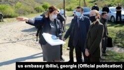 Посол США в Грузии Келли Дегнан (справа)