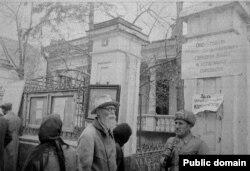 У здания Оперативной группы Симферопольского горкома, апрель 1944 года