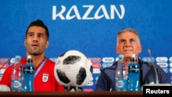 Masoud Shojaei (left) attends a press conference in Kazan, Russia, with Iran coach Carlos Queiroz during the FIFA World Cup in June 2018.