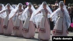 Осетинский танец «Симд» – это своеобразная модель отношений между мужчиной и женщиной, пример заботы друг о друге и уважения