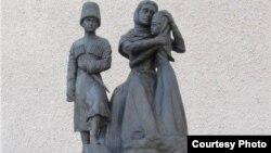 Памятник изгнанному черкесскому народу в городке Анакалия