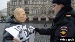 Roman Roslovtsev Putin maskasıyla etiraz aksiyası