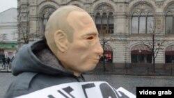 Ресей президенті Владимир Путиннің келбетіндегі маска киген белсенді Қызыл алаң маңында тұр. Мәскеу, 7 сәуір 2016 жыл.