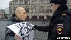 Романа Рословцева задерживают во время прогулки в маске Путина, 7 апреля 2016 года