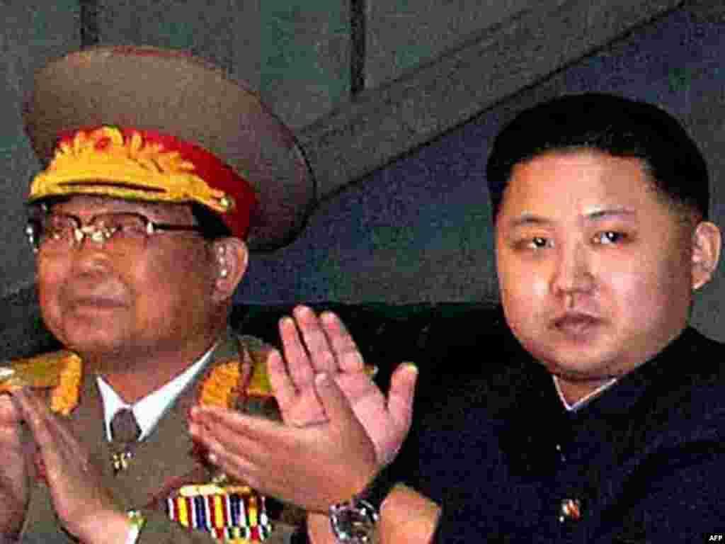 کيم جونگ اون (سمت راست) ، پسر و جانشین ِاحتمالی کيم جونگ ايل، رهبر کره شمالی