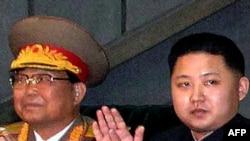 کیم جونگ اون (سمت راست) پسر جوان رهبر کره شمالی