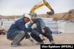 На строительстве международной автодороги из Кыргызстана в Китай. Апрель 2014 года.