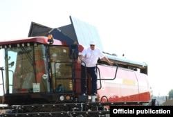 Аляксандар Лукашэнка і яго сын Мікалай едуць на камбайне ў ААТ «Александрыя», 2017 год