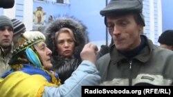 Суретте оң жақта: Тәуелсіздік алаңындағы оқиғада зардап шеккендердің бірі. Киев, 30 қараша 2013 жыл.