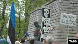 Акция Эстонского национального движения у памятника советским солдатам. Май 2006 года