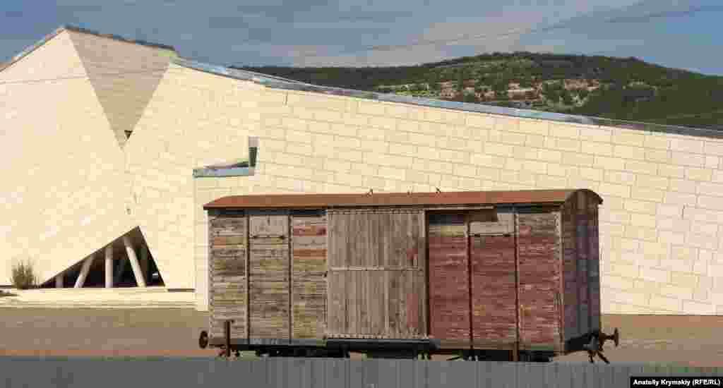 Копію вагона «теплушки» довоєнного зразка і фрагмент рейок встановили на території меморіалу в 2016 році. Займалася цим компанія «Російські залізниці», встановлення обійшлося їй у 6 мільйонів рублів. Реакція на це в кримському суспільстві була неоднозначною