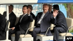 Президент Росії Дмитро Медведєв (зліва) та Білорусі Олександр Лукашенко позують фотографам під час неофіційного саміту СНД в Чолпон-Аті (250 км від Бішкека), Киргизстан, 31 липня 2009 року.