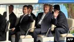 Prezident Dimitriý Medwedew (çepde) we Aleksandr Lukaşenka Çolpon-Atada geçirilen GDA-nyň sammiti döwründe, 31-nji iýul, 2009-njy ýyl.
