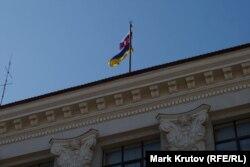 Чехарда флагов над зданием Луганской обладминистрации закончилась компромиссом