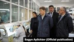 Сапар Исаков ознакомился с деятельностью Майлуу-Сууйского лампового завода. 26 декабря 2017 г.