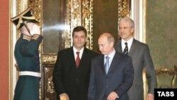 В гостях у сказки. Президенту Путину не жалко улыбок и рукопожатий для всех сербских политиков. Вместе с Борисом Тадичем (справа) и Воиславом Коштуницей в Кремле