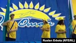 """Молодежь на """"форуме победителей"""", организованном президентской партией """"Нур Отан"""" после объявления итогов выборов в мажилис. Астана, 21 марта 2016 года."""