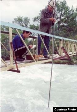 Измерения воды кыргызскими гидрологами.