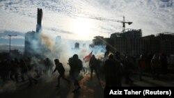 Dim se diže dok demonstranti učestvuju u protestima želeći sprečiti poslanike i vladine zvaničnike da uđu u parlament na glasanje o poverenju, Bejrut, 11. februar 2020.