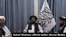 ملا عبدالغنی برادر رئیس دفتر سیاسی گروه طالبان در قطر (وسط).
