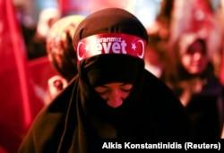 Сторонница Эрдогана на митинге в Стамбуле 16 апреля
