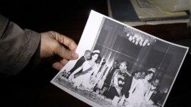 Jedna od starih fotografija šaha u rukama demonstranta
