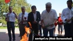Коммунисты возлагают цветы в Севастополе