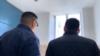 Белсенді Ақмарал Керімбаеваның пәтері маңында жүрген аты-жөнін айтпаған екі азамат. 7 маусым 2019 жыл.