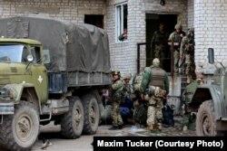 Украинские военные в Авдеевке перед отъездом на линию боев в промзоне