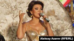 """Дарига Назарбаева, дочь президента Казахстана, исполняет песню """"Алма-Ата – моя любовь"""" на фестивале ретропесни"""