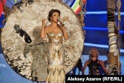 Дарига Назарбаева поет на ретрофестивале «Алма-Ата — моя первая любовь». Алматы, 7 сентября 2013 года.