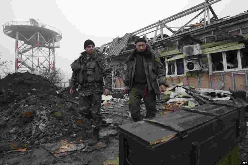 Әуежайдағы гидрометеорологиялық мұнара жанында тұрған украиналық әскерилер. 11 желтоқсан 2014 жыл.