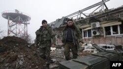 Донецк әуежайының гидрометеорологиялық станциясында жүрген украин әскерилері. Украина, желтоқсан 2014 жыл.
