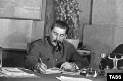 عکسی از استالین، پشت میز کارش در سال ۱۹۳۹
