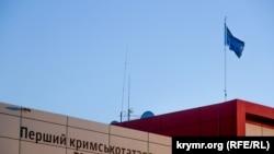 Aqmescitte ATR telekanalınıñ binasında qırımtatar bayrağı