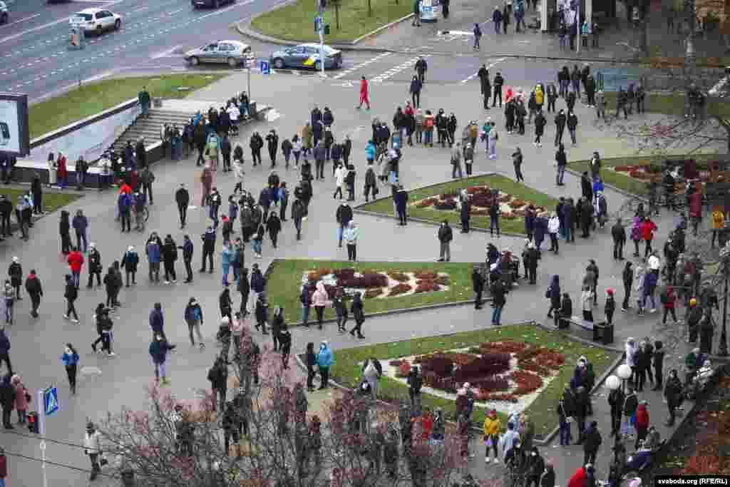 Люди начали собираться на проспекте Независимости, возле бульвара Толбухина. Несколько станций метро в Минске были закрыты, мобильный интернет не работал