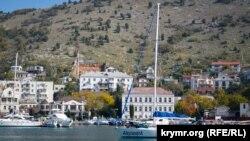 Яхты в защищенной от ветров и волн Балаклавской бухте