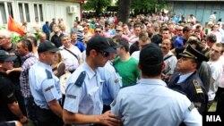 Фотографија од протестот пред Општина Центар