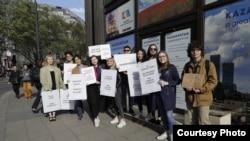 Акция у здания посольства Казахстана в Великобритании в поддержку активистов Асии Тулесовой и Бейбарыса Толымбекова. Лондон, 25 апреля 2019 года.