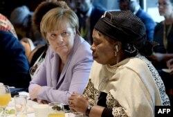 Нкосазана Дламини-Зума и канцлер ФРГ Ангела Меркель во время саммита Африканского союза на Мальте, посвященного проблемам нелегальной миграции из Африки. 2015 год