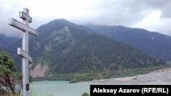 На берегу современного озера установлен Поклонный крест в память погибших. Алматинская область, 18 июля 2010 года.