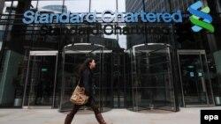 Банк Standard Chartered є помітним гравцем на міжнародному фінансовому ринку, а також титульним спонсором англійського футбольного клубу «Ліверпуль»