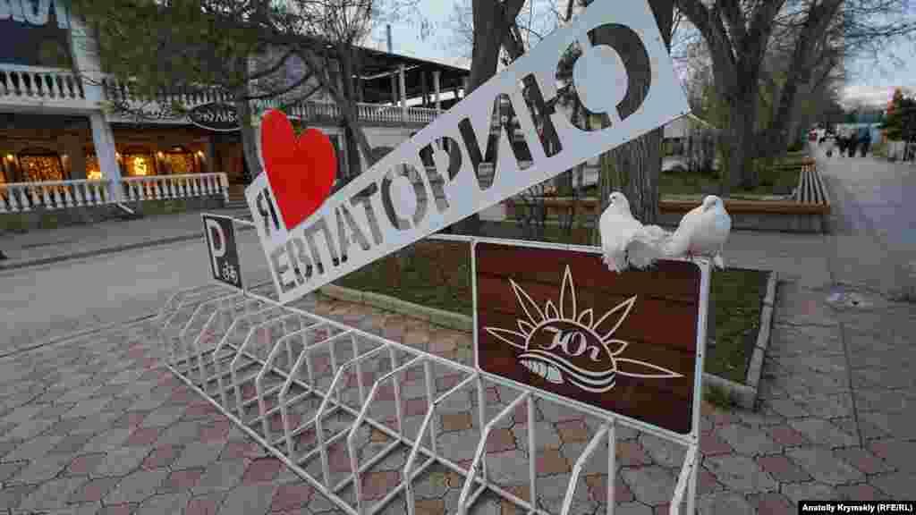 «Любов» і декоративні голуби біля фонтану на вулиці Фрунзе