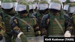 Бойцы Росгвардии на учениях по разгону беспорядков, архивное фото