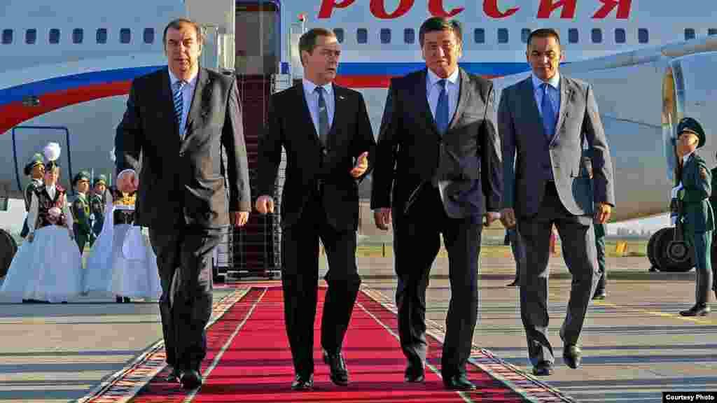 """Встреча премьер-министра России Дмитрия Медведева (второй слева) в аэропорту """"Манас"""". Бишкек, 6 июня 2016 года."""