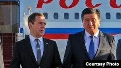 Премьер-министр России Дмитрий Медведев (слева) и премьер-министр Кыргызстана Сооронбай Жээнбеков. Бишкек, 6 июня 2016 года.