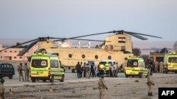 Погрузка тел погибших пассажиров самолета компании Metrojet в египетский военный вертолет. 31 октября
