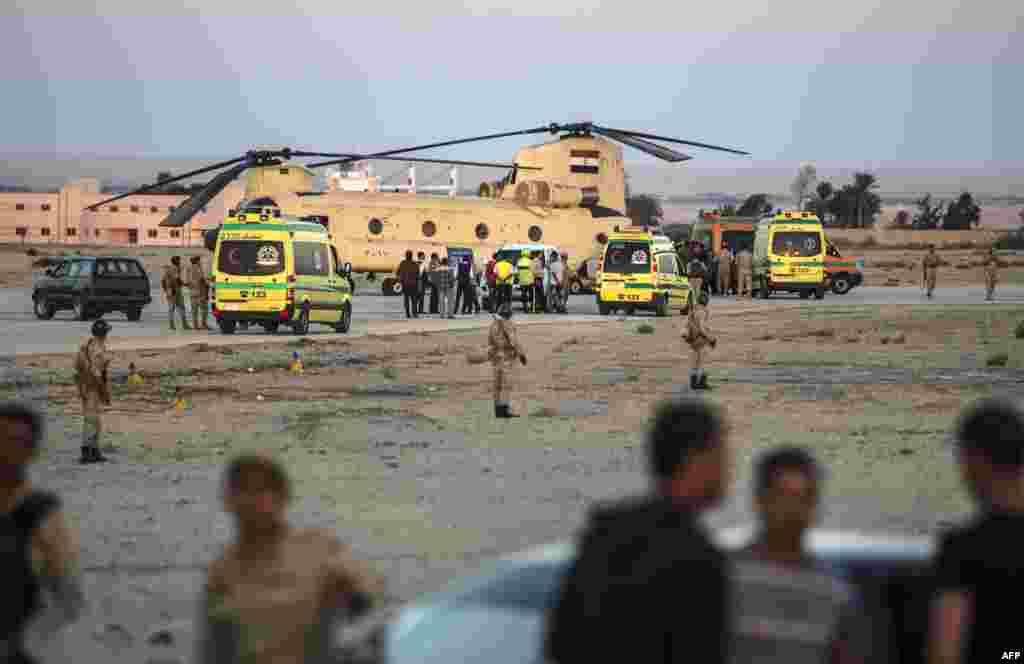 Египетские скорые выгружают тела погибших на военной базе Кабре у Суэцкого Канала.