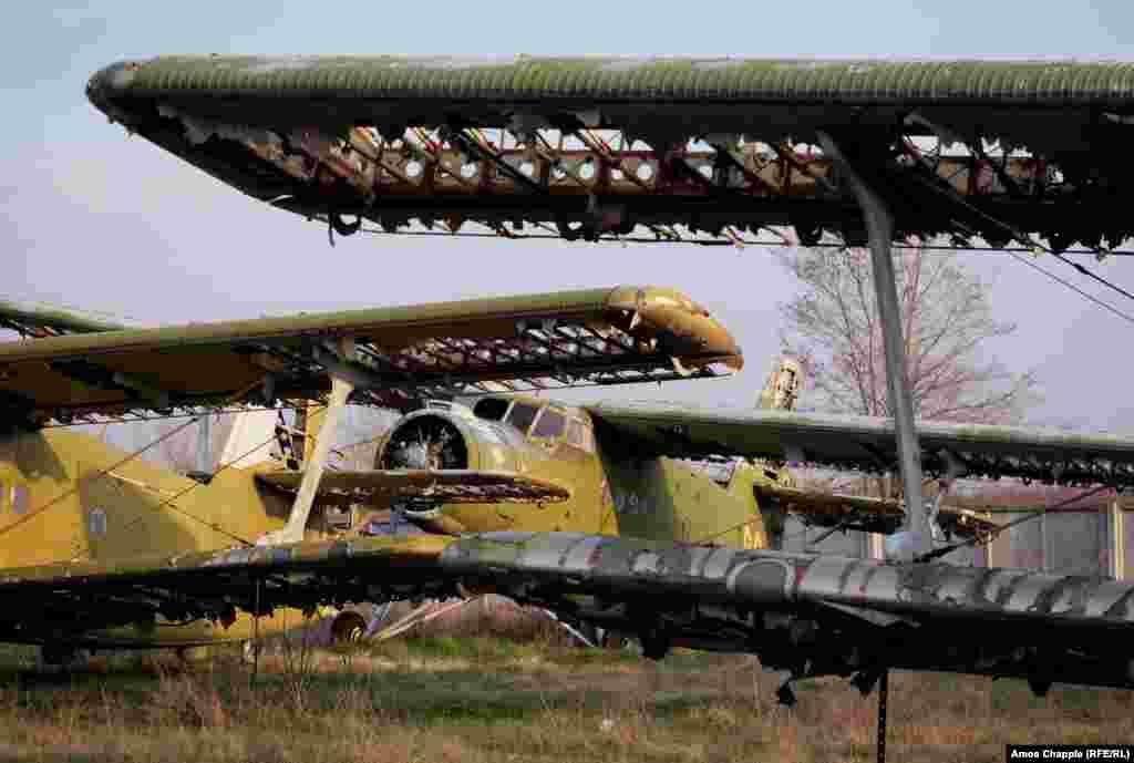 Но после развала Советского Союза не хватило средств на содержание аэродрома и более 100 самолетов, включая эти самолеты-бипланы «Антонов Ан-2»...